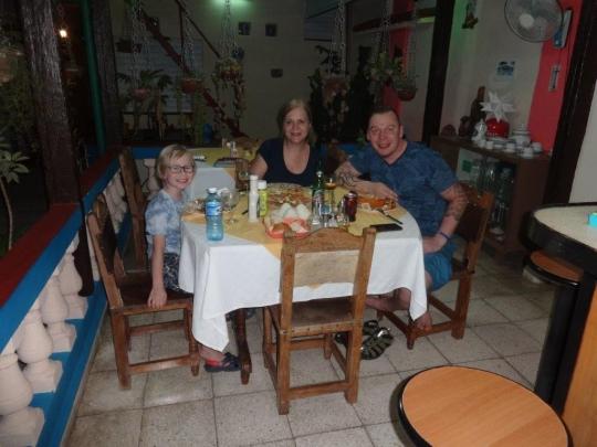 Marzo 2018 - Jóvenes huéspedes de Estonia disfrutando de una magnífica comida en familia en nuestro hostal.
