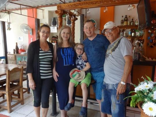 Marzo 2018 - Aquí estamos con una jóven pareja de Estonia con su niño.