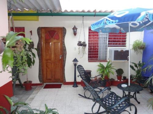 Casa en Cienfuegos Cuba - Puerta de entrada y ventana de la otra habitación